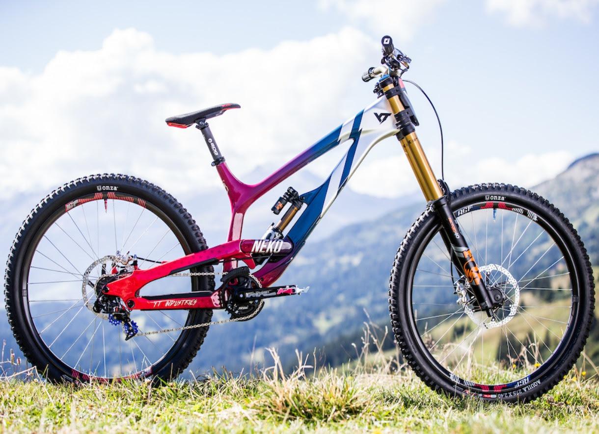 4e9abc9171189 A Bicicleta Personalizada de Neko Mulally angaria mais de  26.000 para o  Programa Treads + Trails da CAN d Aid Foundation